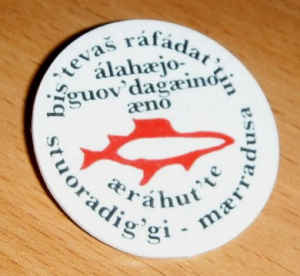 A button inscribed with Sami text