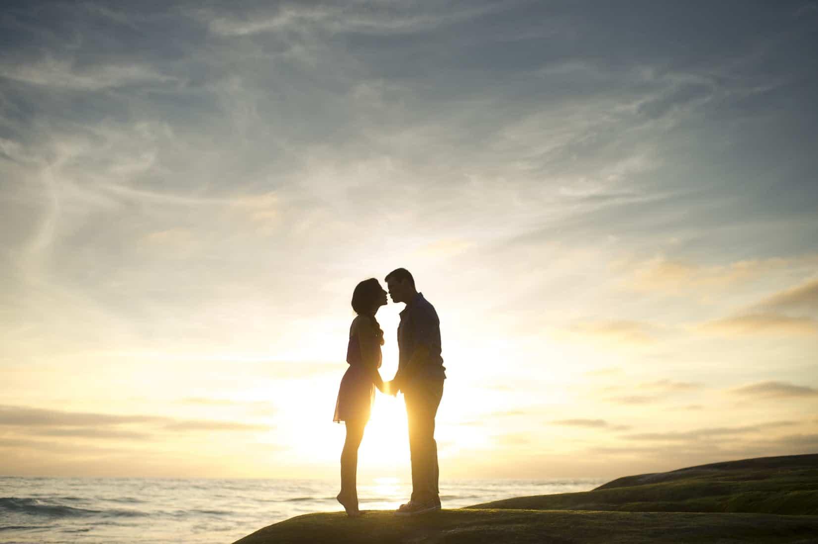 couple-kissing-caribbean-island