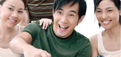 Tres amigos asiáticos riendose
